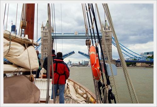 Amelie Rose sails through Tower Bridge